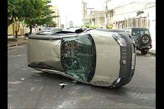 Carro capota após colidir em cruzamento da Djalma Dutra, em Belém - Carro capota após colidir em cruzamento da Djalma Dutra, em Belém