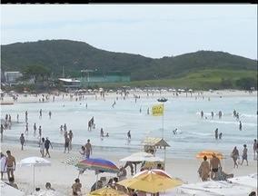 Horário de verão divide opiniões de moradores de Cabo Frio, RJ - Muitas pessoas tem dificuldade para se acostumar com o novo horário. Mudança representa uma economia de 400 milhões em todo país.
