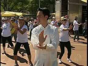 Quem foi à feira do produtor em Maringá nesse sábado pode fazer aula de Tai Chi Chuan - Foi mais uma atividade do Movimento Saúde da RPCTV Maringá