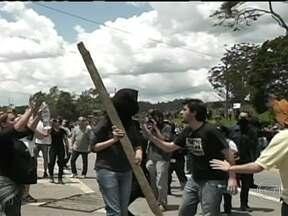 Protesto contra uso de animais em pesquisa termina em confusão em SP - Um protesto contra o uso de animais em teste de laboratório terminou em confusão em São Paulo. Grupo de ativistas tenta furar bloqueio da polícia.