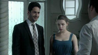 Rafael e Linda voltam do passeio - Daniel fica desconfortável ao ver o advogado ao lado da irmã. Neide também se irrita, mas Linda diz à família que gosta de Rafael