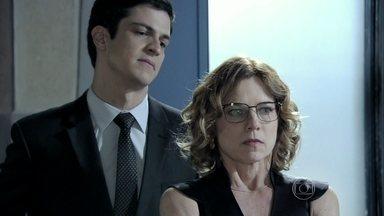 Félix tripudia de Simone - Ele promete transformar a vida da secretária em um inferno. Simone começa a cumprir as ordens do novo presidente do hospital