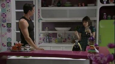 Guto e Silvia fingem desconfiar de Patrícia e Michel - O médico e a advogada explicam que Vivian teve um problema e eles a ajudaram