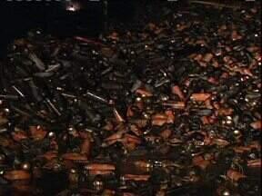 Fogo destrói fábrica de inseticida - Incêndio foi ontem à noite e duas pessoas estão em estado grave no hospital.
