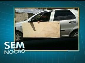 Motorista é flagrado dirigindo e segurando placa de madeira do lado de fora do carro - As imagens foram feitas nesta segunda-feira (21), na W5 da Asa Norte.