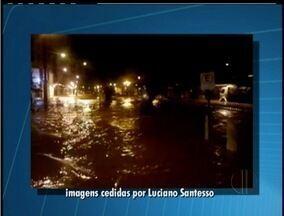 Chuva forte provoca alagamento e quedas de barreira em Petrópolis, RJ - Defesa Civil registrou 13 ocorrências.Uma família ficou desabrigada e duas desalojadas.