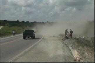 Quatro pessoas morrem atropeladas na BR-101 perto de Alagoinhas - As vítimas eram moradores das região que estavam saqueando parte de uma carga de cimento que caiu de um caminhão.