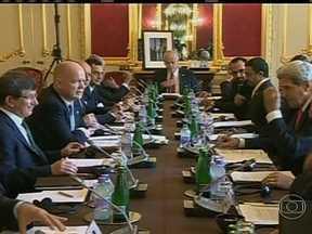 Grupo Amigos da Síria se reúne na tentativa de tornar possível encontro de paz em Genebra - O grupo dos países chamado Amigos da Síria se reúne em Londres na tentativa de tornar possível o encontro da paz, que se acontecer será em Genebra. E Bashar Al Assad não parece disposto a concordar com uma solução que o retire do poder.