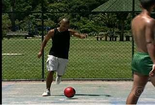 Jogador da Seleção de futsal, Lukaian joga pelada infiltrado - Em parque de São Paulo, atleta surpreende peladeiros ao mostrar categoria