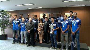 Vôlei: Cruzeiro, campeão do mundo, é recebido pelo governador de MG - Time conquistou o torneio disputado em Betim