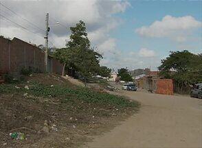 Problemas de esgoto e mato alto foram resolvidos em bairro de Caruaru - Moradores ainda reclamam da falta de calçamento no bairro Petrópolis