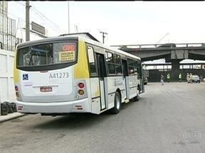 Ônibus gratuitos farão transporte do terminal do Into até a Central do Brasil - Ônibus gratuitos estão sendo oferecidos na fase de adaptação das mudanças no esquema de trânsito do Centro do Rio. Os veículos farão transporte do terminal do Into até a Central do Brasil.