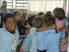 Professora que foi afastada da sala de aula em Londrina volta e é recebida com festa - Os professores foram afastados porque foram proibidos de fazer horas extras.