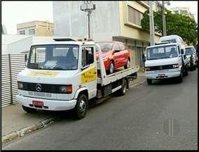 Veículos estacionados irregularmente são apreendidos em Campos, no RJ - A Guarda Civil Municipal removeu 20 carros e 12 motos.Todos os veículos foram levados ao Pátio Norte.