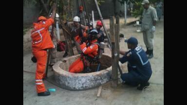 Homem morre após cair em poço e outro é resgatado - Dupla fazia a limpeza do local quando despencou.