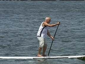 Stand up paddle é praticado por idoso em São Paulo - Carlão, de 69 anos, faz exercícios regulares no stand up paddle. O carioca nunca gostou de fazer academia; e ficou sedentário ao se mudar para São Paulo. Ele diz que o esporte é bom para o físico e para a cabeça.