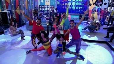 Apresentação musical relembra os anos 80 - Bailarinos dançam e animam a plateia