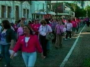 Caminhada em Bagé, RS, chama ateção sobre a necessidade de prevenir o câncer - Caminhada integra a programaçã do Outubro Rosa na cidade.