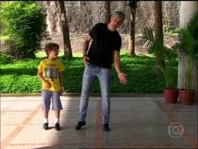 Otaviano Costa aprende a sapatear com o ator mirim Xande Valois - Tavinho de Joia Rara, conta como aprendeu a dançar