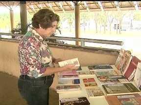 Jaboticabal tem banca de livros gratuitos para empréstimo - Na cidade do interior do estado, há uma banca na rodoviária em que as pessoas se aproximam, não pagam nada, podem escolher um livro para ler no local ou levar para casa.