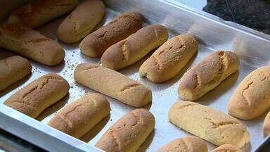 Grupo de mulheres de Barbacena produz biscoitos para aumentar renda familiar - As oito mulheres fazem por mês mais de 500 quilos da iguaria e o processo é todo artesanal.