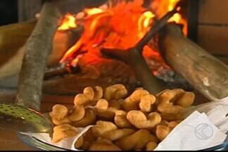 Aposentada de Divinópolis faz sucesso com biscoito de polvilho - A culinária mineira é bastante conhecida pela simplicidade e suas quitandas saborosas. Mulher faz o maior sucesso com receita que é uma tradição de família.