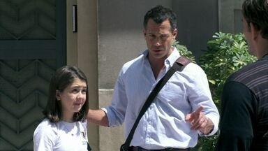 Ninho leva argila para Paulinha - Bruno fica irritado. A filha insiste em visitar o galpão do artista, mas o corretor diz que eles tem que marcar hora. Paulinha fica não gosta da reação do pai