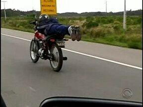 Motociclista é flagrado deitado em moto enquanto trafega na BR-101 - Motociclista é flagrado deitado em moto enquanto trafega na BR-101