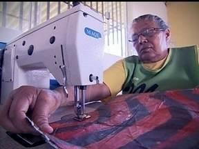 Mulheres aprendem a transformar sacos de cimento em sacolas ecológicas - Um projeto social na Fercal criará uma fonte de renda para algumas mulheres que moram na região de Queima Lençol. Elas estão em treinamento para aprender a a transformar sacos de cimento em sacolas ecológicas, as chamadas eco bags.