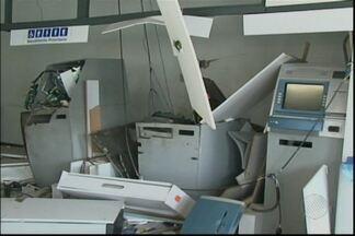 Agência bancária fica parcialmente destruída após explosão na cidade de Candeal - Quando a polícia chegou, os criminosos já tinham fugido em um carro, usando a estrada que dá acesso à cidade de Santa Bárbara.