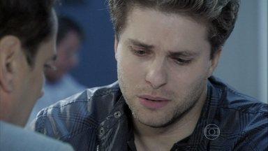 Eron fica sem palavras diante de Niko - O chef se despede dele e chora assim que sai do hospital