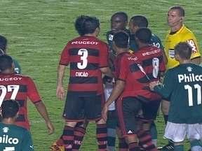 Jogadores de Flamengo e Goiás se desentendem e Chicão e Hugo recebem amarelo - Jogadores de Flamengo e Goiás se desentendem e Chicão e Hugo recebem amarelo