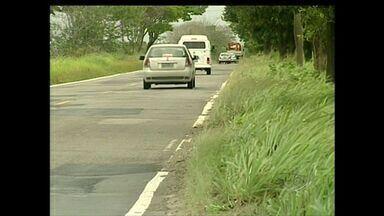 Rodovia onde 4 morreram em acidente no ES apresenta trecho perigosos - Nove pessoas estavam dentro de um carro em Aracruz. DER-ES disse que foram feitas manutenções no trecho e operação tapa buracos será realizada, em 30 dias.