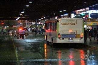 Fiscais da Metrobus são agredidos no Terminal da Praça da Bíblia, em Goiânia - As vítimas relatam que os agressores são jovens que queriam pular a catraca para não pagar pela passagem. Dois deles foram presos.