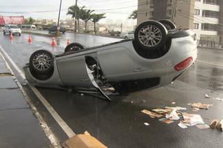 Motorista perde controle e carro capota na Rua Professor Manoel Ribeiro - Condutor teve ferimentos leves, mas não quis ser atendido pelo Samu.