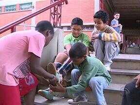 Manoel Soares volta à escola onde um aluno precisava de próteses especiais para caminhar - Veja como está o menino de 10 anos quase sete meses depois.