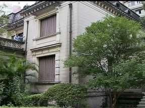 Casa das Rosas é um marco da cultura e história do Centro de São Paulo - A casa foi construída por Ramos de Azevedo pra ser usada pela família dele, só que acabou não vendo isso acontecer, porque o prédio ficou pronto em 1935 e ele morreu antes, em 1928. A filha dele morou aqui com o marido Ernesto.