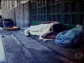 Rio tem quase 5,5 mil pessoas dormindo nas ruas - Segundo o censo da população de rua, essas pessoas têm histórias marcadas pelas drogas, o álcool, a violência e transtornos mentais. Eles lutam para recuperar a cidadania.