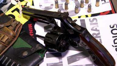Polícia Civil prende jovem suspeito de homicídio em Juiz de Fora - Durante a operação, outro jovem foi preso por tráfico de drogas.A Polícia Civil apreendeu armas, munições e drogas.
