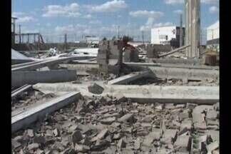 Galpão em construção às margens da BR-230 desaba em Sousa, Sertão da Paraíba - Dos seis operários que trabalhavam no local, cinco ficaram feridos.