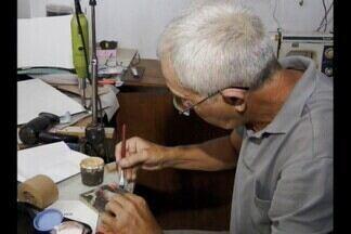 Conheça a profissão de restaurador de livros - Seu Valdir, morador de Campina Grande, é restaurador de livros e fala sobre o trabalho.
