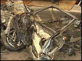 Caminhão se choca com carro e três da mesma família morrem em Poloni - Três pessoas morreram em um acidente na madrugada desta segunda-feira (4) na Rodovia Feliciano Sales Cunha, próximo a um dos trevos de acesso à Poloni (SP). Com a batida, o carro, com placas de General Salgado (SP), pegou fogo.