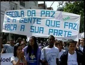 Estudantes manifestam pela paz no Centro de Petrópolis, no RJ - Cerca de mil alunos percorrem as ruas na manhã desta segunda (4).Grupo levanta questões como bullying, respeito ao professor, entre outros.