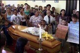 Corpo de garota que morreu após dar à luz é sepultado - Família acusa hospital de negligência.