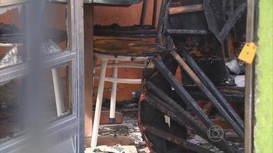 Filho tenta salvar mãe de incêndio e queima 90% do corpo - Vela acesa pode ter provocado o incêndio numa casa na comunidade do Coque, no Recife.