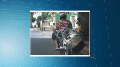 Rapaz é flagrado em Cuiabá ao transportar cadeira em moto - Um rapaz foi flagrado em Cuiabá ao transportar uma cadeira em motocicleta.