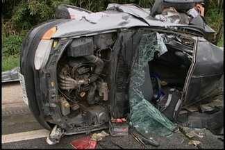 Acidente na Rodovia Mogi-Salesópolis deixa uma pessoa morta - A pista molhada e as curvas podem ter causado a morte de um jovem de 23 anos. O carro da vítima capotou e atingiu outro veículo.
