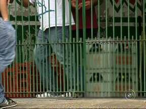 Polícia prende dupla que tentou fazer reféns em adega de Sorocaba - Ladrões que tentaram assaltar e fazer reféns em uma adega no bairro Altos do Itavuvu, Zona Norte da cidade. Eles chegaram ao local em um carro roubado e renderam cinco pessoas, mas, após negociação, policiais conseguiram entrar no local.