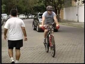 Moradores reclamam do movimento no calçadão da Ilha dos Araújos em Valadares - Pedestres, ciclistas e motoristas disputam espaço no local.