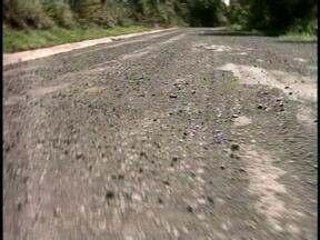 Estrada cheia de buracos preocupa moradores de Mariano Moro, RS - O asfaltamento iniciou em julho do ano passado e cinco meses depois as obras pararam.